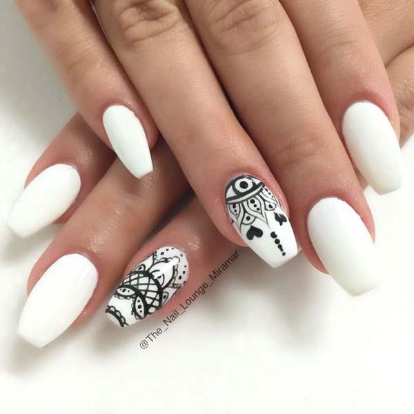 Λευκά νύχια με μαύρα μπόχο σχέδια