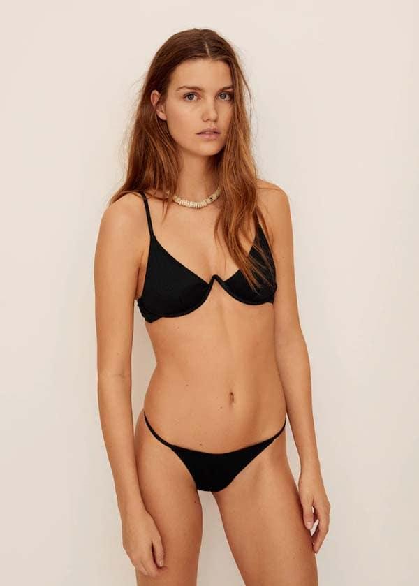 Μαύρο μαγιό bikini με μπανέλα που σχηματίζει V στο στήθος και λεπτό στο πλάι σλιπ - Mango