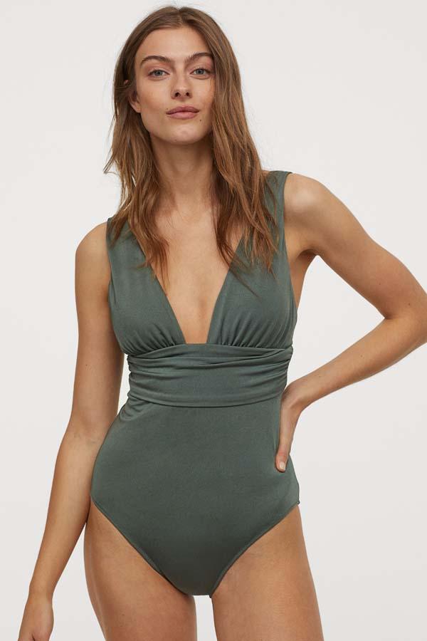 Χακί ολόσωμο που σμιλεύει το σώμα με ζώνη κάτω από το στήθος και ανοιχτό ντεκολτέ - H&M