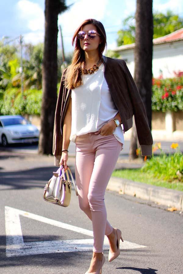 Κομψός συνδυασμός με λευκό μπλουζάκι και ροζ παντελόνι