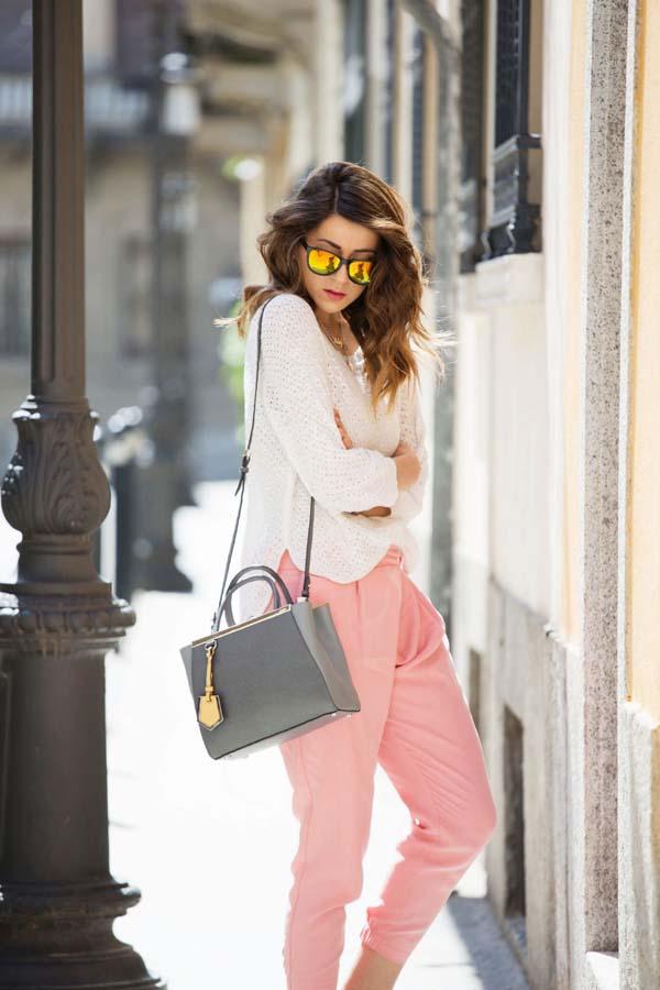 Λευκή μπλούζα, ροζ baggy pants και γκρι τσάντα