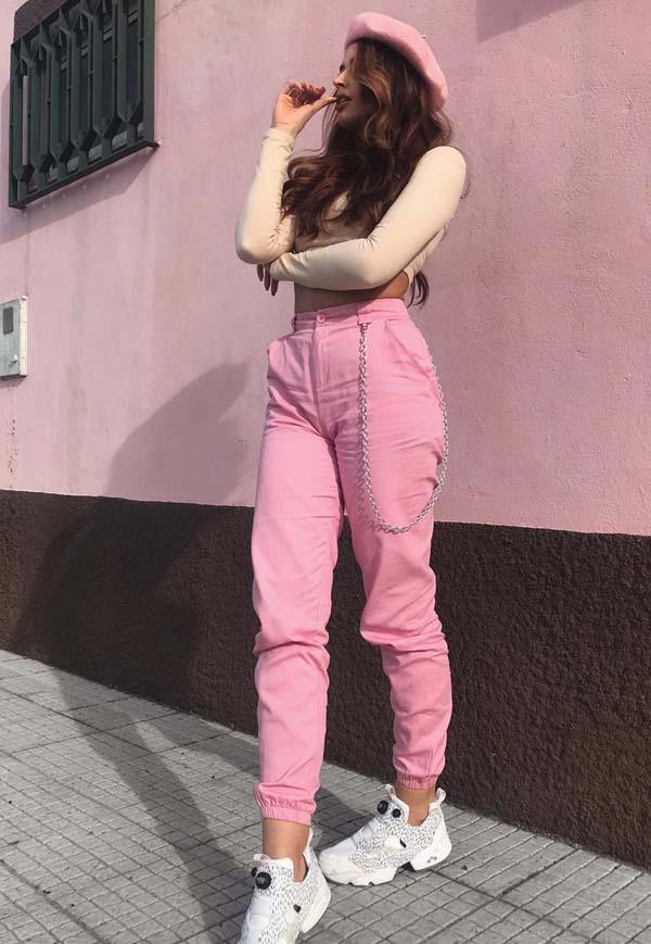 Street style look με ροζ παντελόνι και sneakers