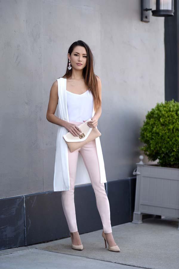Chic ντύσιμο με ροζ παντελόνι και άσπρο μακρύ γιλέκο