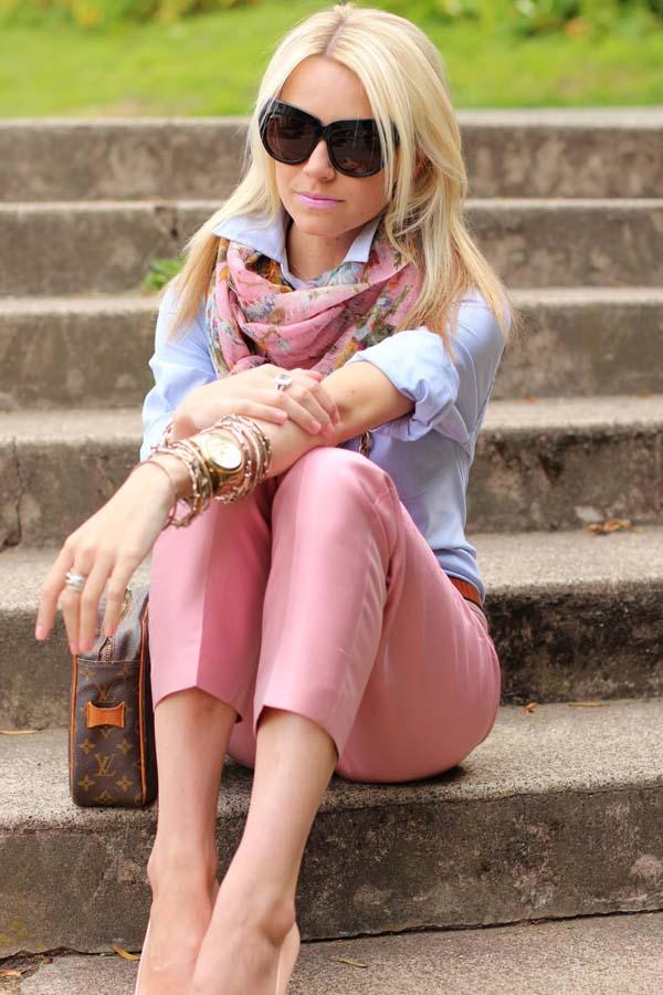 Ροζ παντελόνι με ρούχα σε παστέλ αποχρώσεις