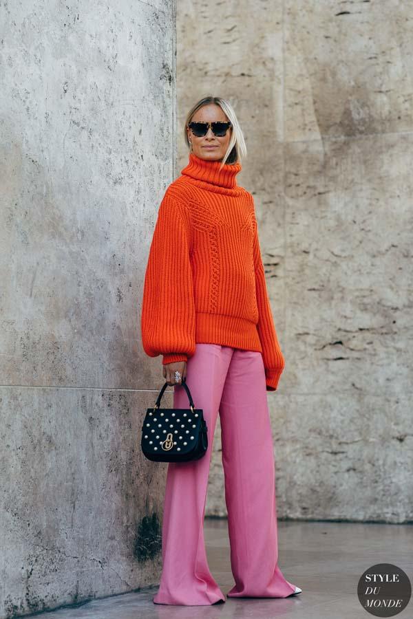 Πορτοκαλί πουλόβερ και ροζ παντελόνα