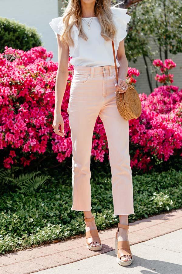 Άσπρο αμάνικο μπλουζάκι με βολάν και ροζ κάπρι τζιν