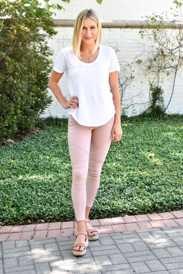 Άσπρο t-shirt και ροζ παλ κολάν