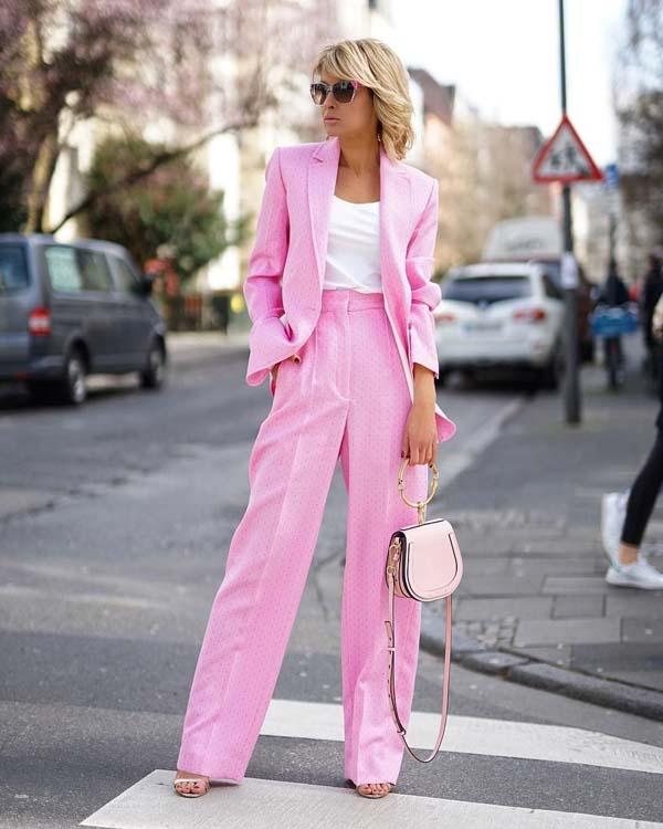 Ροζ πουά γυναικείο κοστούμι με φαρδύ παντελόνι και λευκή μπλούζα