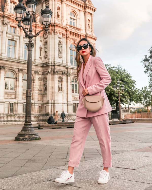 Oversized ροζ γυναικείο κοστούμι με sneakers