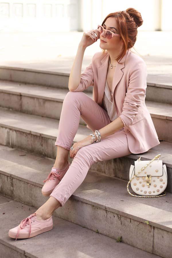 Chic στενό dusty pink γυναικείο κοστούμι με μπεζ μπλούζα