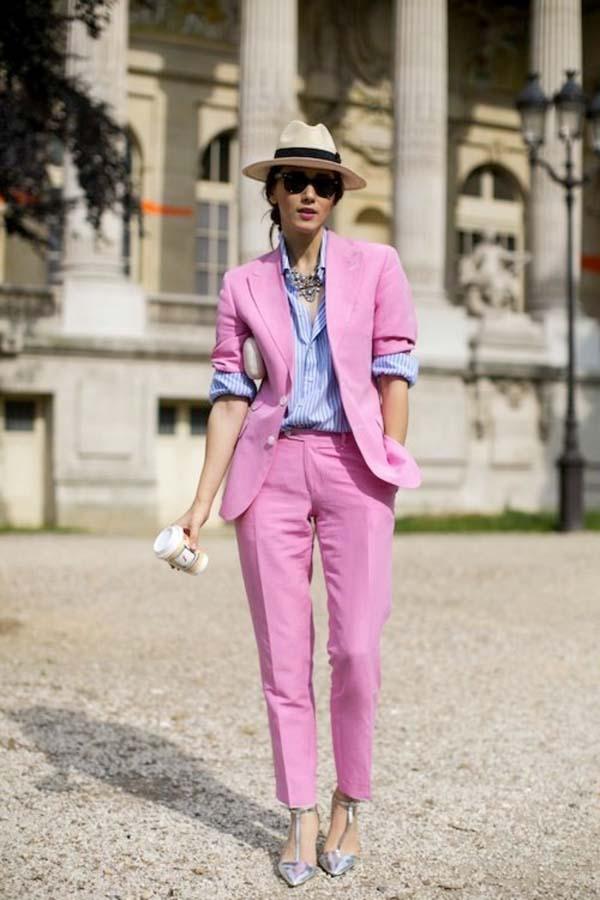 Baby pink κλασσικό γυναικείο κοστούμι με ριγέ άσπρο μπλε πουκάμισο