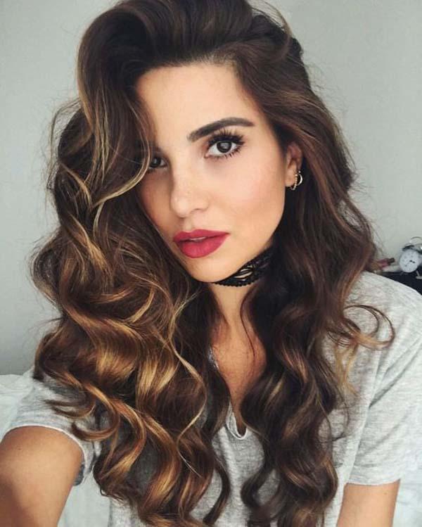 Ανάλαφρες μπούκλες σε μακριά μαλλιά