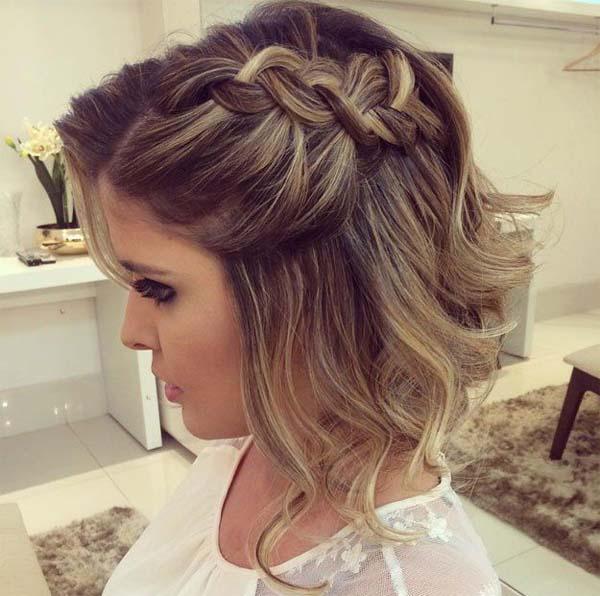 Καρέ μαλλιά με μπούκλες και πλεξούδα στο πλάι