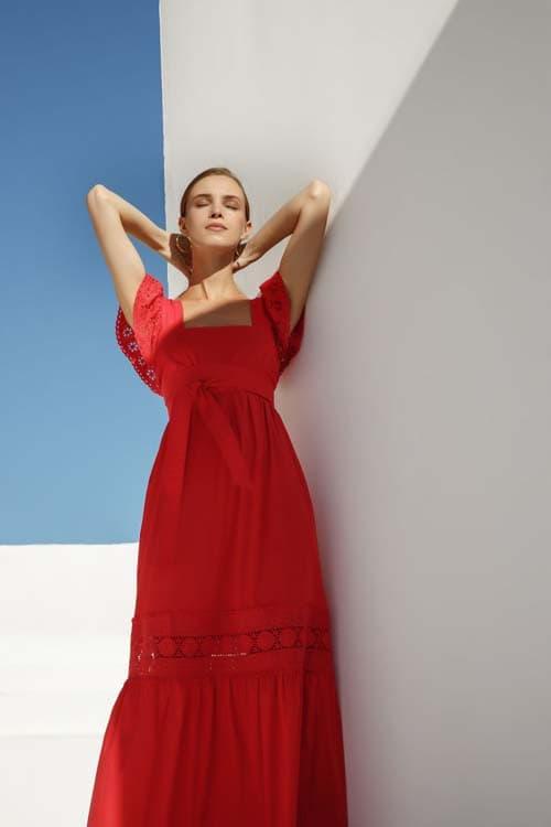 Κόκκινο μακρύ φόρεμα με βολάν στα μανίκια και γκιπούρ λεπτομέρειες - Zini