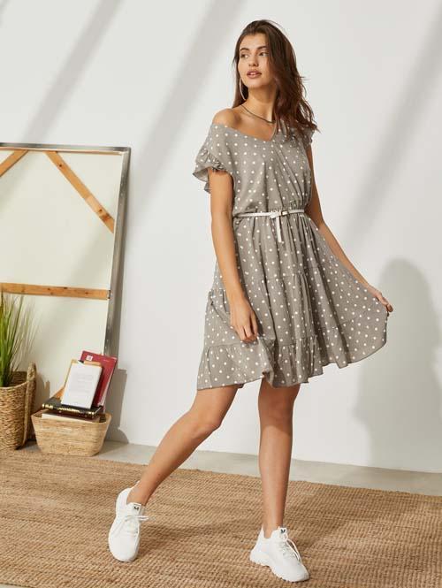 Κοντό ταουπέ πουά καλοκαιρινό φόρεμα με βολάν και ζώνη - the Fashion Project