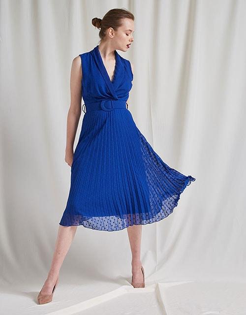 Αμάνικο μπλε τούλινο φόρεμα με ανάγλυφο πουά, ζώνη και πλισέ φούστα - BSB