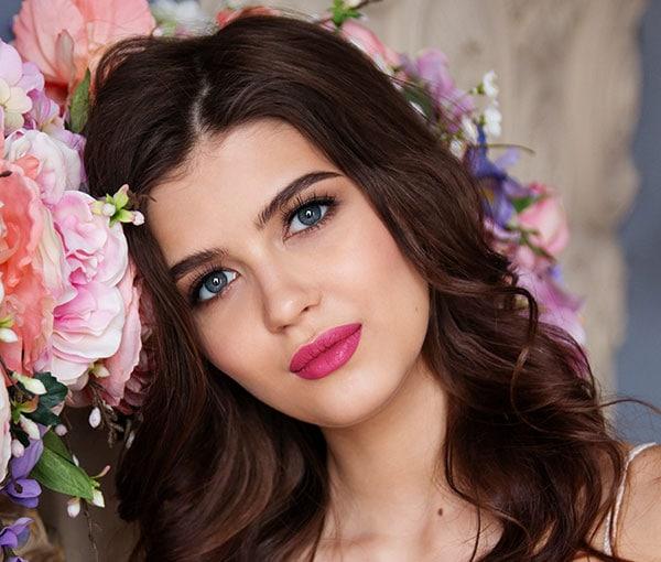 Μακιγιάζ για μελαχρινή με έντονο ροζ κραγιόν