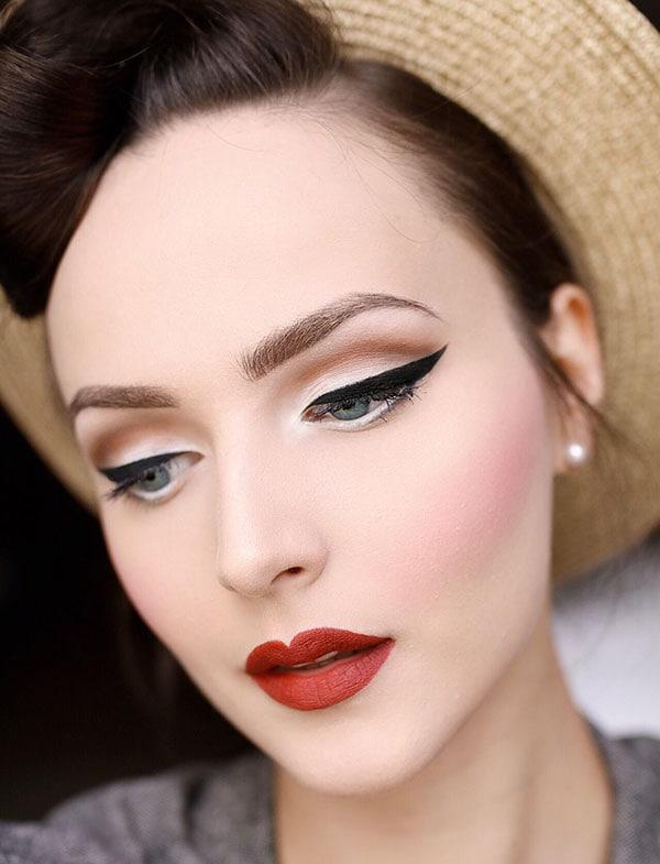 Vintage μακιγιάζ για κουμπάρα με μαύρη γραμμή eyeliner και κόκκινο κραγιόν