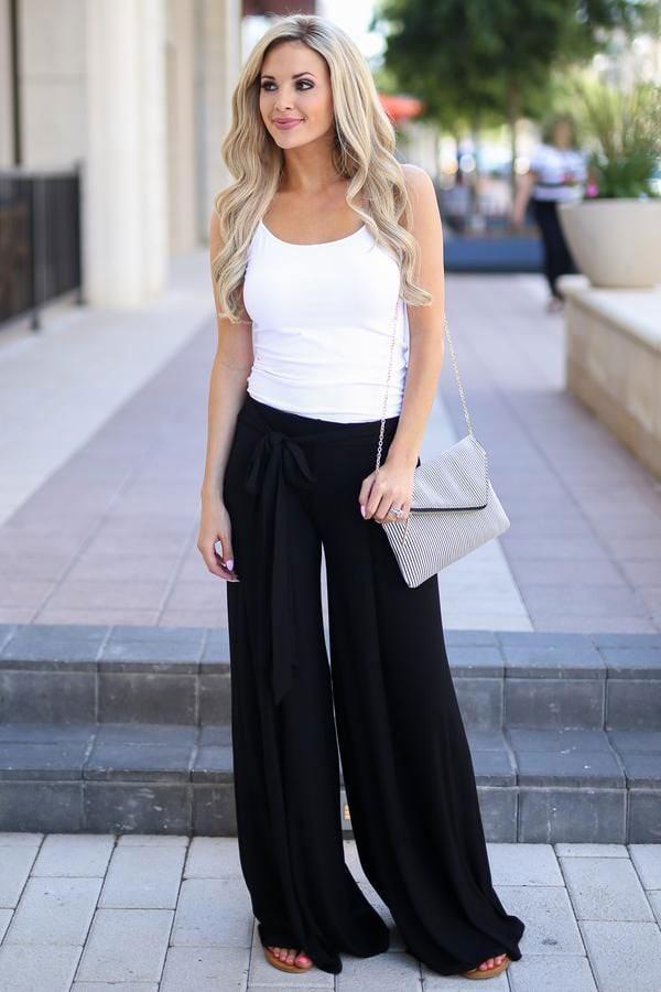 Casual chic σύνολο με μαύρη παντελόνα και λευκό μπλουζάκι