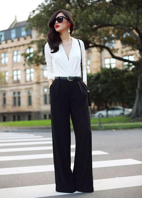 Κομψό ντύσιμο με ντραπέ μακρυμάνικη λευκή μπλούζα και μαύρη παντελόνα