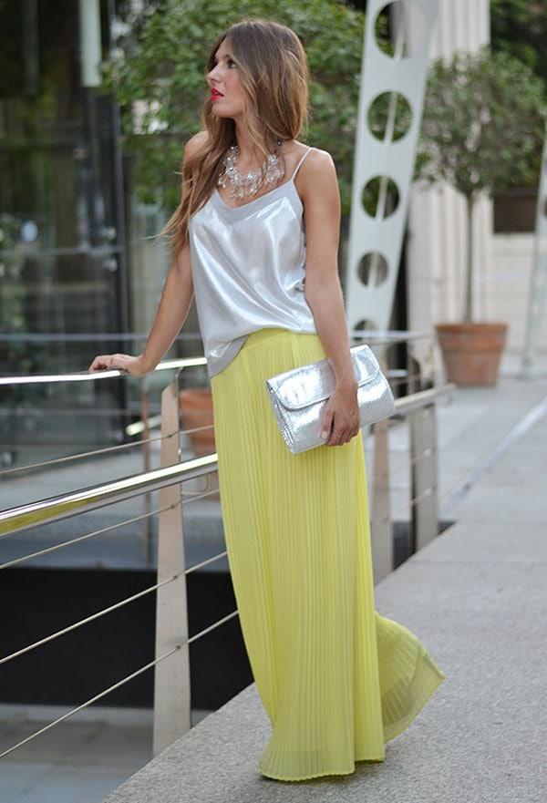 Chic ντύσιμο για γάμο με πλισέ κίτρινη παντελόνα και ασημί lingerie top