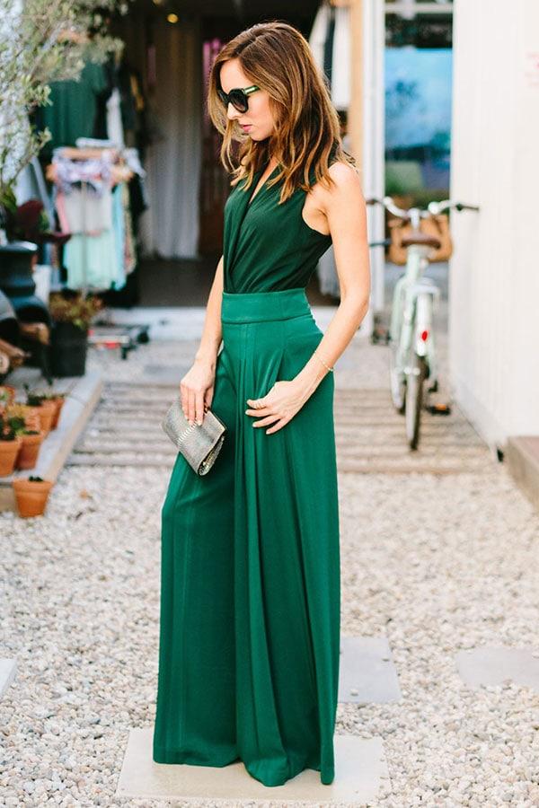 Total green outfit με ψηλόμεση παντελόνα και ντραπέ αμάνικο κορμάκι για γάμο