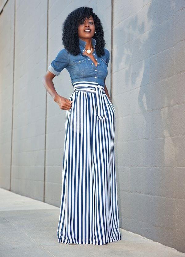 Casual chic outfit με τζιν πουκάμισο και ριγέ ψηλόμεση παντελόνα