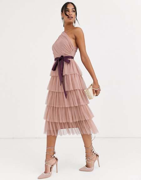 Τούλινο μίντι βραδυνό φόρεμα με ζώνη στη μέση και έναν ώμο