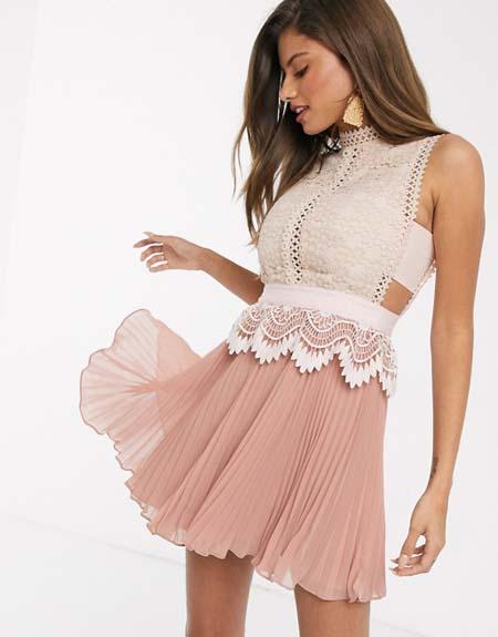 Μίνι πλισέ βραδινό φόρεμα με δαντέλα στο μπούστο