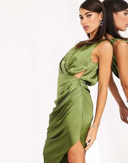 Midi σατέν πράσινο φόρεμα με βαθύ ντεκολτέ και ανοίγματα στο πλάι