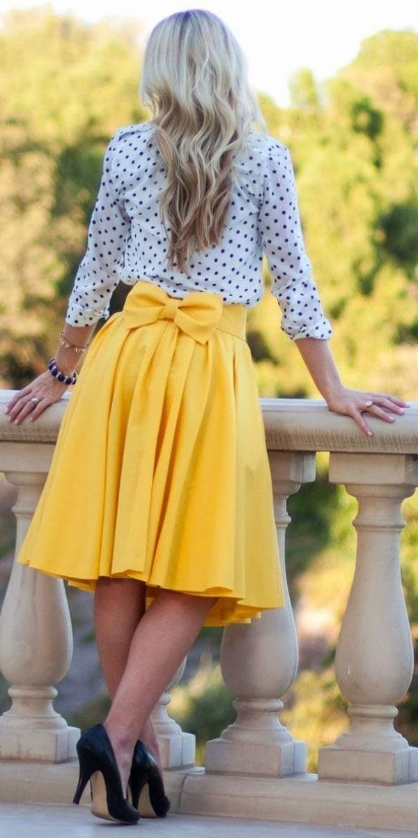 Κίτρινη κλος φούστα μέχρι το γόνατο με πουά μπλούζα