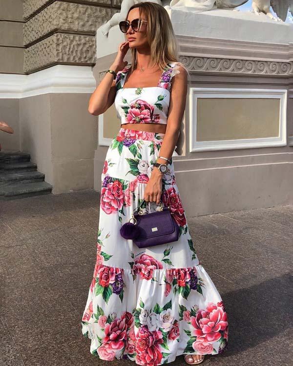 Φλοράλ ντύσιμο με crop τοπ και μακριά φούστα για γάμο σε νησί