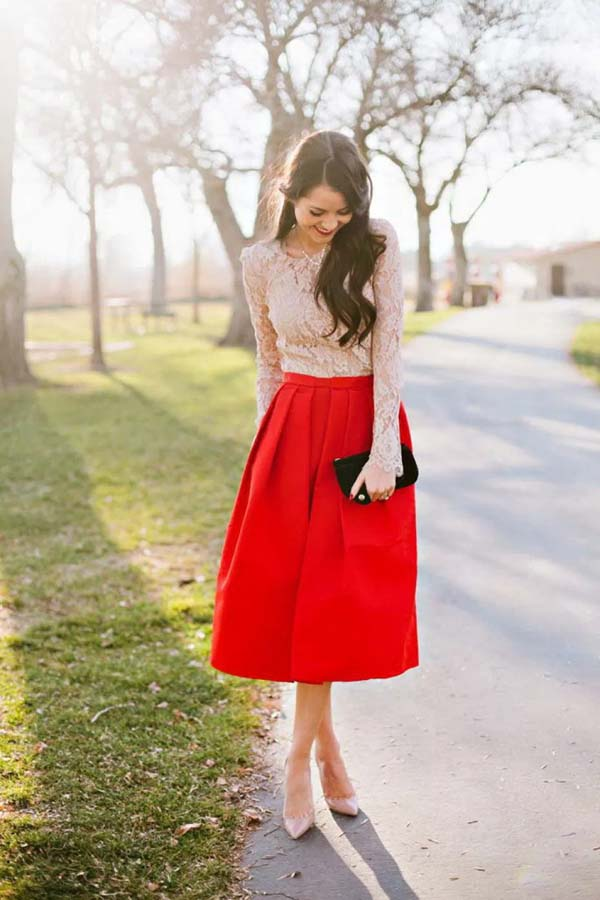 Δαντελένια μακρυμάνικη μπλούζα και κόκκινη μίντι κλος φούστα