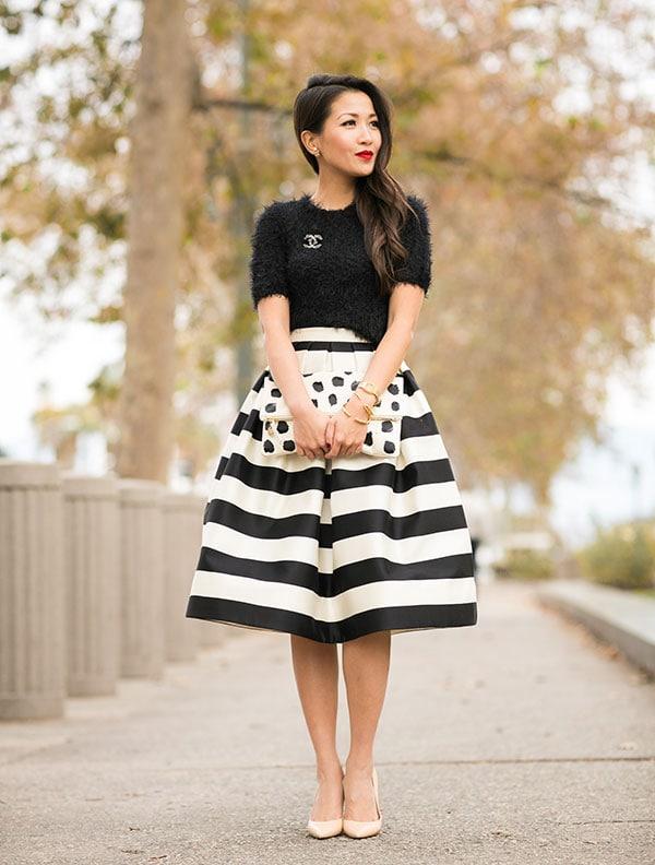 Μαύρη μπλούζα και ψηλόμεση κλος ασπρόμαυρη ριγέ φούστα για γάμο