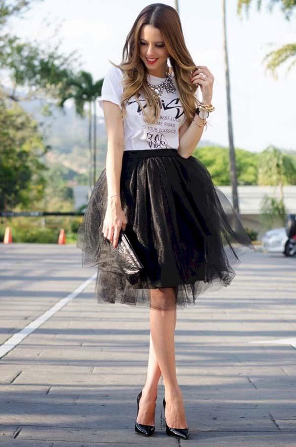Ροκ chic ντύσιμο για γάμο με μαύρη τούλινη φούστα και άσπρη μπλούζα