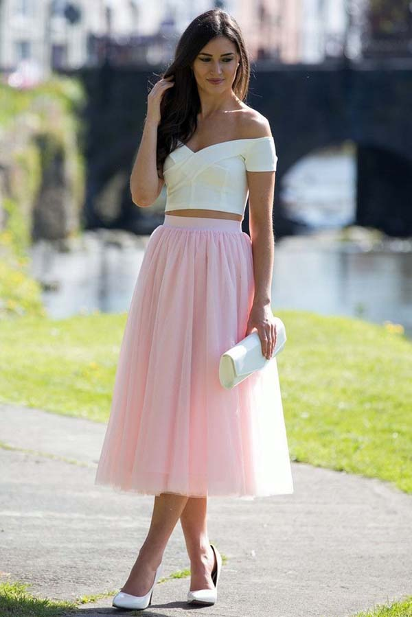 Λευκό crop top με έξω τους ώμους και ροζ μίντι τούλινη φούστα