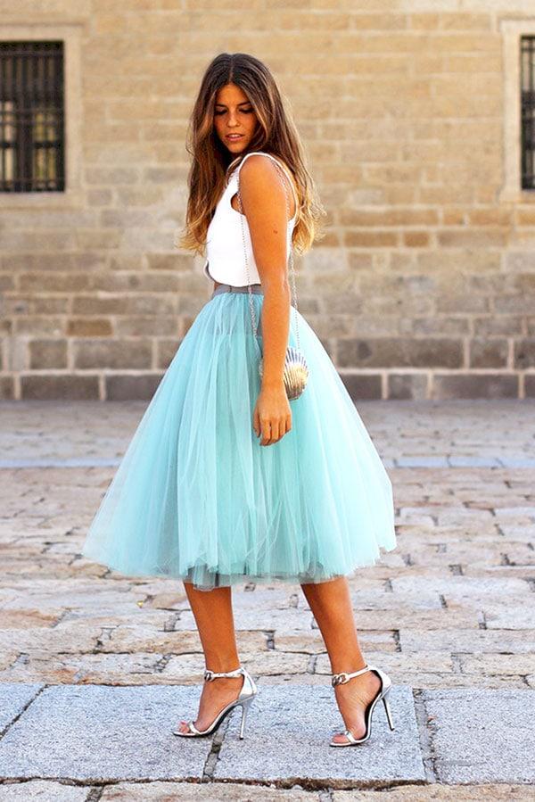 Άσπρη μπλούζα και γαλάζια μίντι φούστα από τούλι