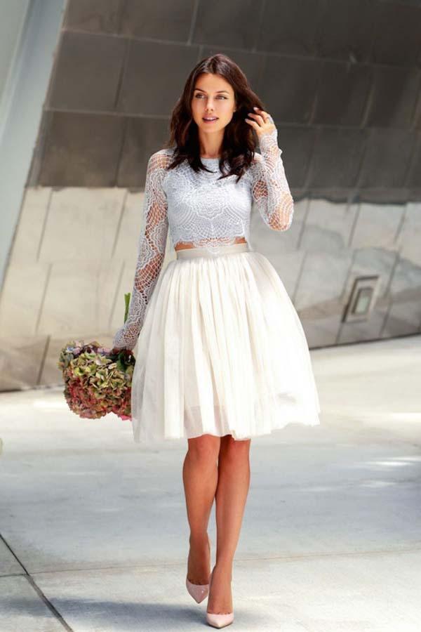 Γαλάζιο δαντελένιο τοπ με άσπρη κοντή φούστα από τούλι