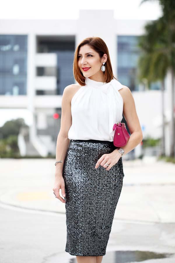 Άσπρη μπλούζα και μίντι pencil φούστα με μαύρες παγιέτες