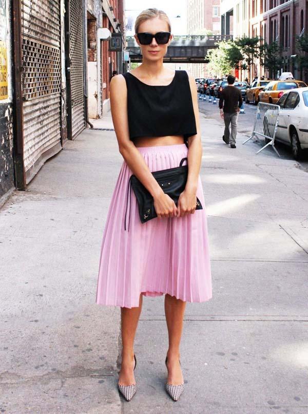 Μαύρο crop top και ροζ μίντι πλισέ φούστα