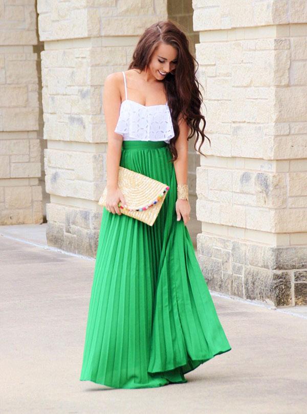 Λευκό τοπ με βολάν και πράσινη μακριά πλισέ φούστα