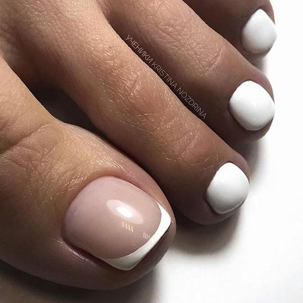 Λευκά νύχια ποδιών για νύφη με γαλλικό σχέδιο