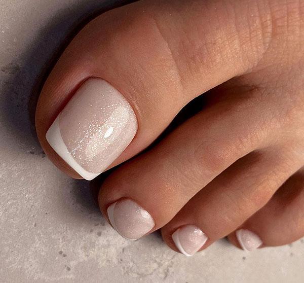 Γαλλικό στα νύχια των ποδιών νύφης με απαλή χρυσόσκονη