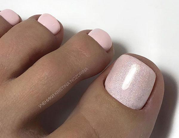 Ροζ παλ νυφικό πεντικιούρ με λάμψη στο μεγάλο δάχτυλο