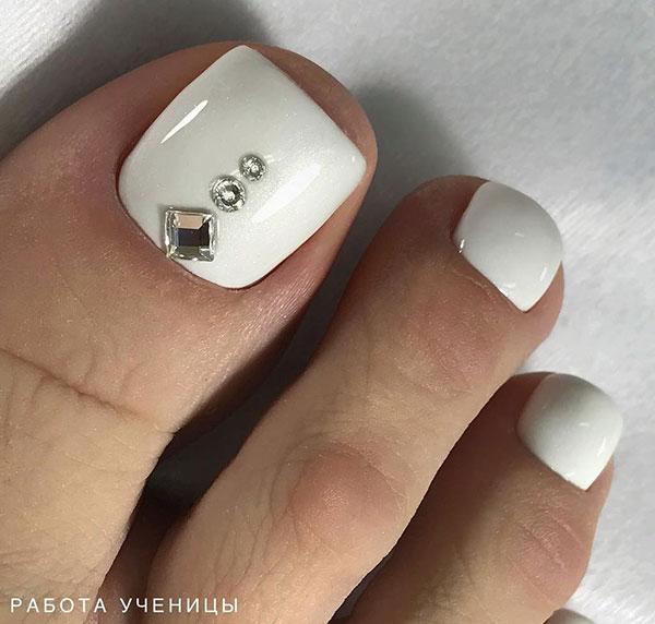 Λευκά νύχια ποδιών νύφης με στρας