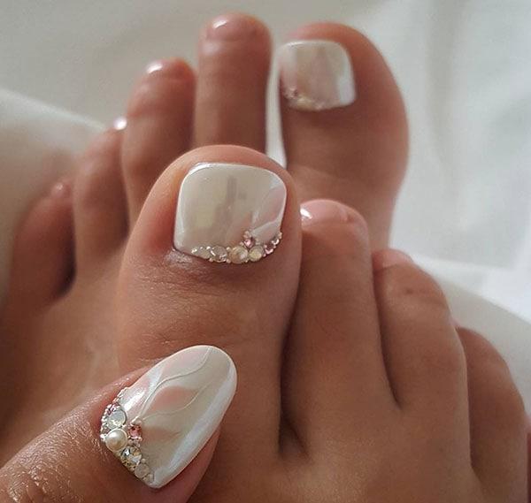 Λευκά περλέ νυφικά νύχια ποδιών με φλοράλ σχέδια