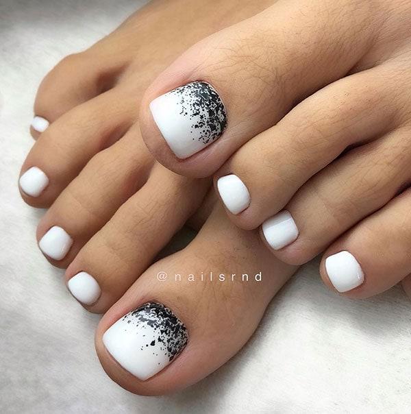Άσπρα νύχια νύφης στα πόδια με μαύρο glitter