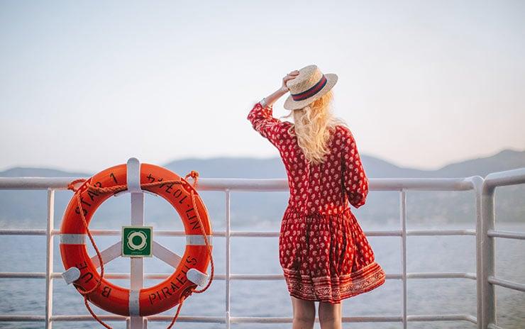 Γυναίκα φοράει καπέλο για την προστασία μαλλιών το Καλοκαίρι