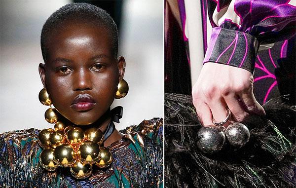 Στρογγυλές μεγάλες μπάλες σε δαχτυλίδια, κολιέ και σκουλαρίκια