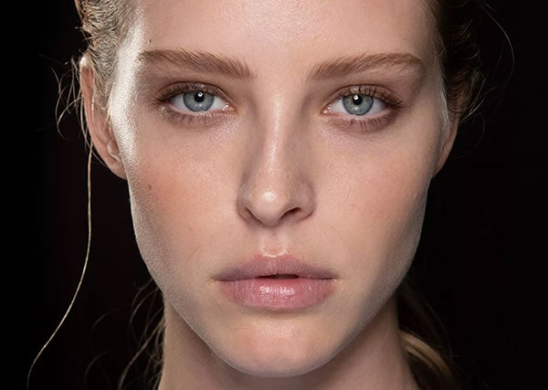 Η απαλή και αψεγάδιαστη βάση μακιγιάζ με φωτοσκιάσεις